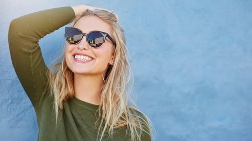 Image de très bonne qualité femme lunette